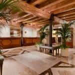L'Hilton Molino Stucky Venice, il prestigioso hotel del Gruppo Hilton, offre due pacchetti speciali per chi desidera vivere il Carnevale da vero protagonista, immergendosi nell'elettrizzante atmosfera di uno dei momenti più attesi nella laguna. Credit: Hilton Hotels & Resorts.