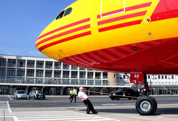 """World record at Budapest Airport: Strongman Zsolt """"Popeye"""" Sinka moved and pulled nearly 90 tons DHL Express's aircraft"""