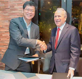 Mr. Hiew Yoon Khong (left), Group CEO, Mapletree Investments Pte, Ltd. and Mr. Howard Ruby (right), Oakwood Worldwide Chairman, Founder and CEO, mark the start of their joint venture to expand the number of Oakwood serviced apartments around the world.