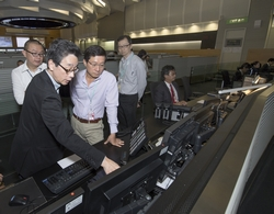 Mr Lam visits the Integrated Airport Centre to learn about the round-the-clock operations of the airport and contingency plans in the event of unexpected operational issues