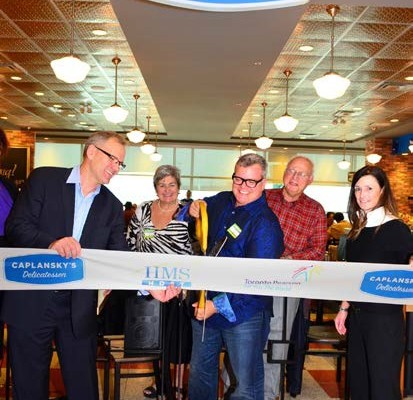 Cutting the ribbon, from left to right: Mike Ross, Director of Commercial Development, Toronto Pearson International Airport; Zane Caplansky (flanked by his parents), Owner and Chef, Caplansky's Delicatessen; Amy Dunne, Vice President of Business Development, HMSHost