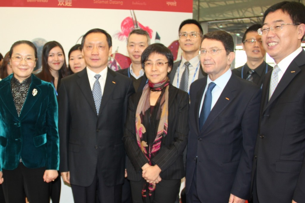 Vice Mayor of Shanghai Zhao Wen (from left to right), CNTA Chairman Li Jinzao, MGTO Director Senna Fernandes, UNWTO Secretary-General Taleb Rifai and CNTA Vice Chairman Du Jiang at Macau booth