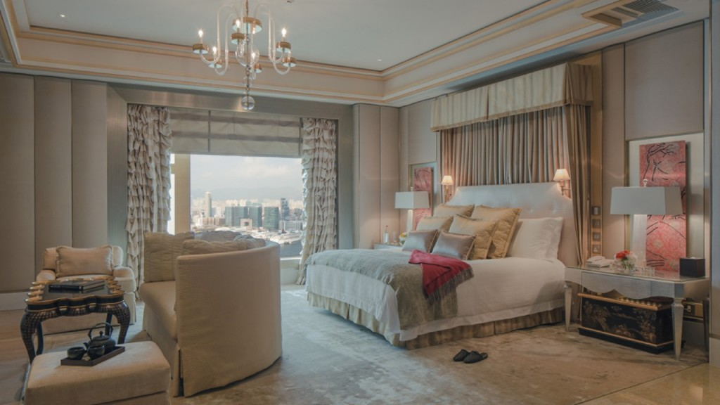 Four Seasons Hotel Hong Kong begins the New Year with awards from Gallivanter's Guide and Forbes Travel Guide