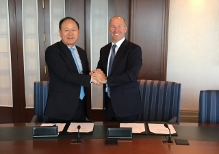 CRRC President Xi Guohua and Alain Bellemare, President and Chief Executive Officer, Bombardier Inc., at the signing ceremony in Montréal